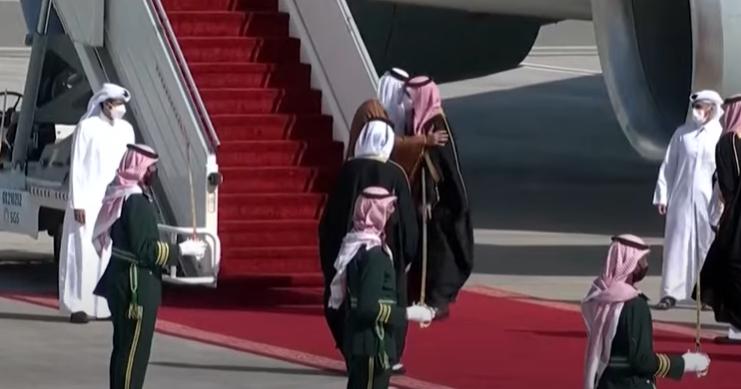 Embrassade entre l'émir du Qatar et le prince héritier saoudien