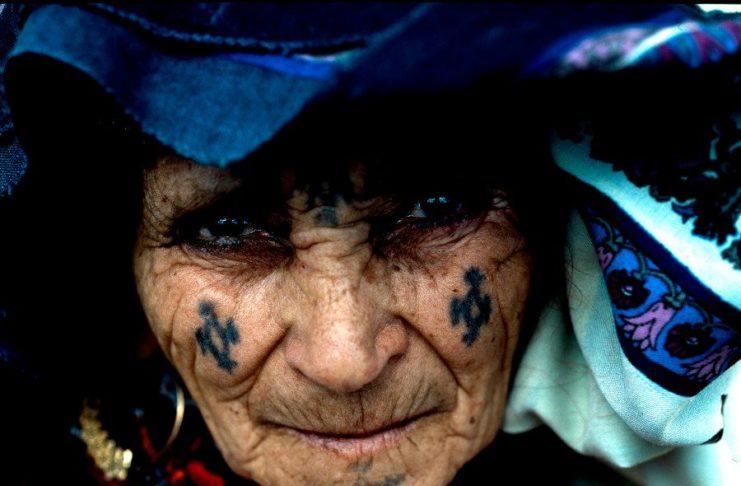 En Algérie, nombreux sont les petits-enfants et arrière-petits-enfants à s'être un jour posé la question: mais que représente ce tatouage sur le front, la joue ou le menton de mon ancêtre?